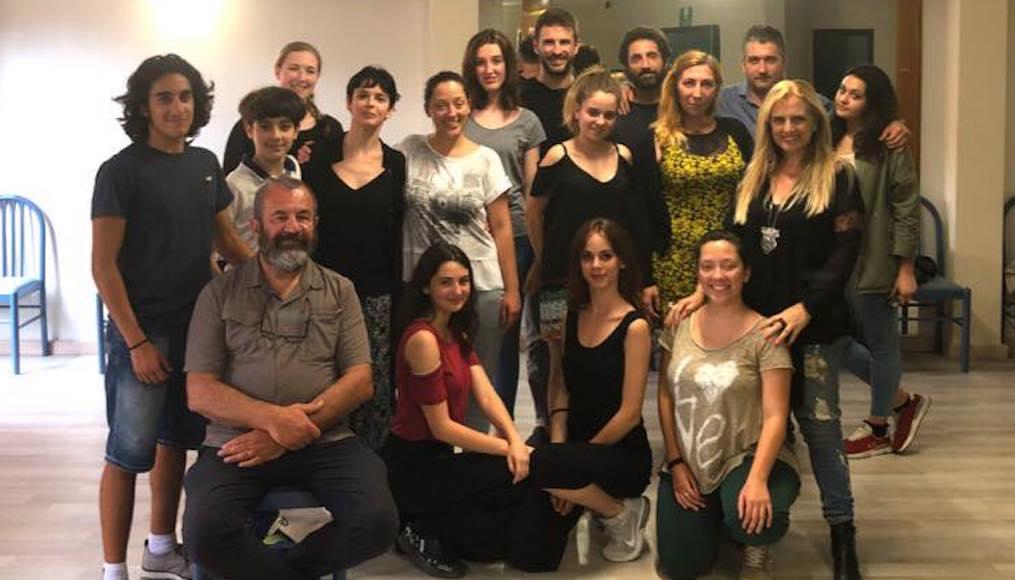 Gruppo di Classe in un interno con il regista Francesco Falaschi