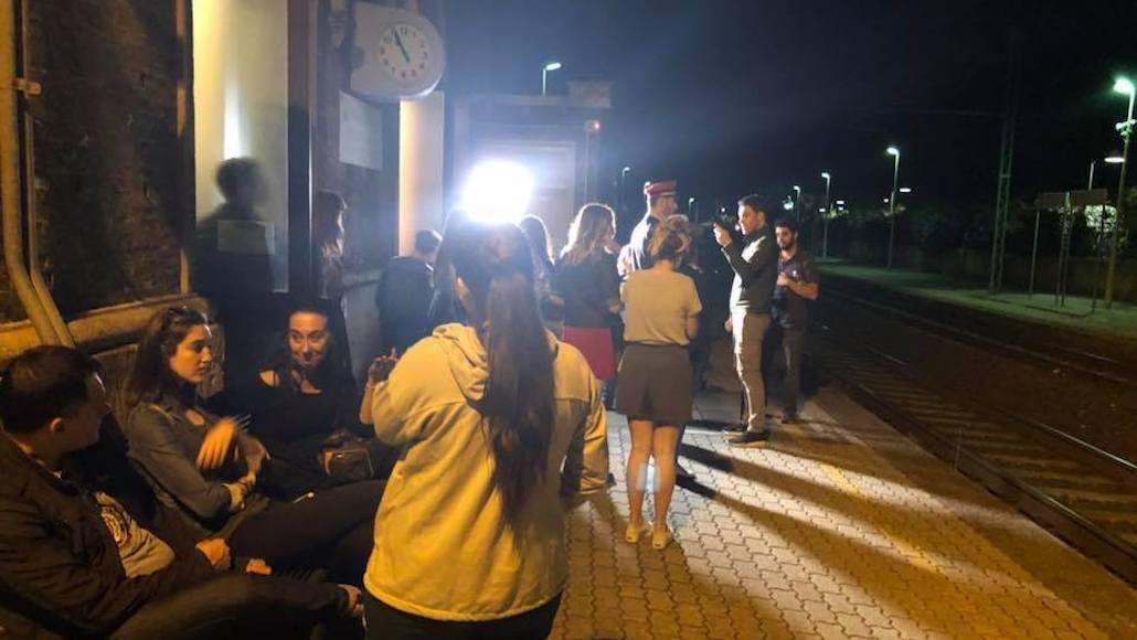 Sul binario si prepara la scena con il regista Marco Falaguasta
