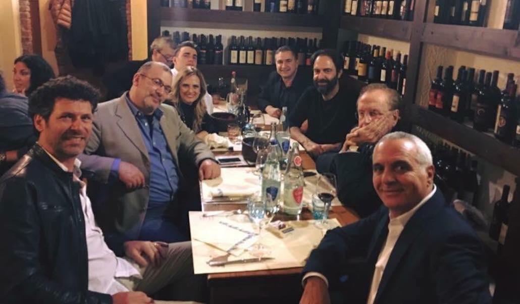 """Al Ristorante """"Balestra"""" di Piombino, un partere di eccezione. In evidenza tra gli altri, Gianna Martorella, Giorgio Panariello, Michele Mirabella, Neri Marcorè. Qui in relax dopo lo spettacolo """"Insieme per Niki"""". Era l'aprile 2017."""