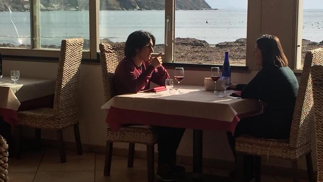"""Al Ristorante """"Al solito posto"""" di Salivoli a Piombino, si recita a tavola davanti uno splendido panorama. L'occasione è la registrazione di spot pubblicitari per il corso di """"Acting on the set"""" di Simone Terranova"""