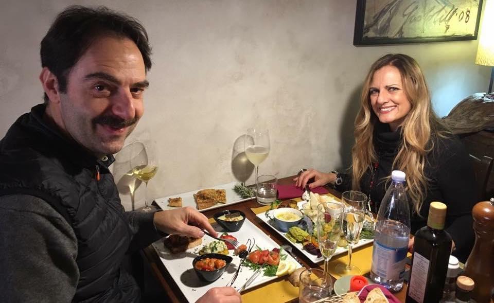 Al Ristorante Il Boccon di Vino di Piombino Gianna e Neri Marcorè dopo una giornata di Corso di Recitazione